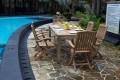 Gartentisch mit den Stühlen aus Vollholz