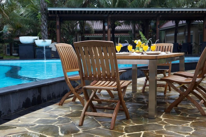 Gartenmöbel neben einem Pool