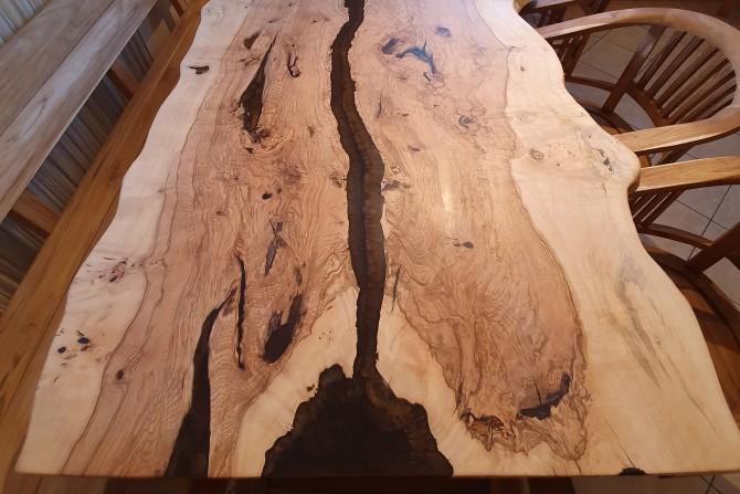 esstisch aus massivholz mit epoxidharz